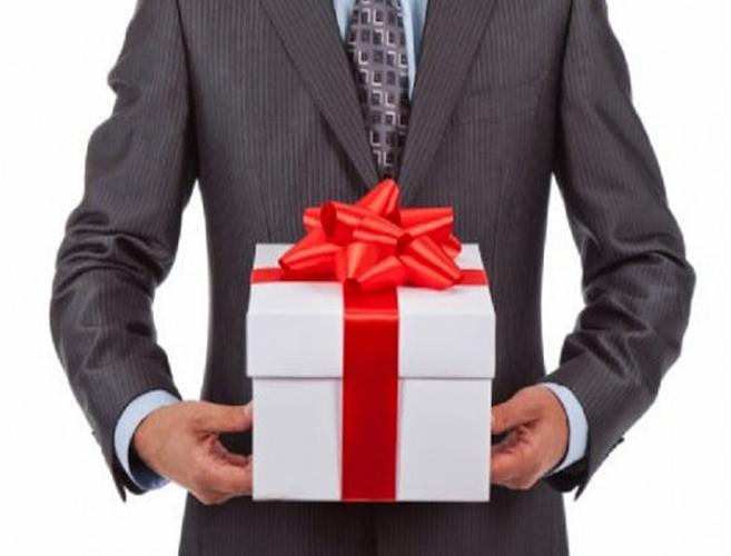 Mua quà tết dùng để biếu, tặng cho khách hàng, hoặc nhân viên được tính vào chi phí sản xuất, kinh doanh: